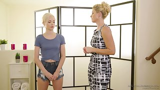 Masseuse India Summer gives a pussy massage close by sexy pocket-sized peaches Elsa Jean
